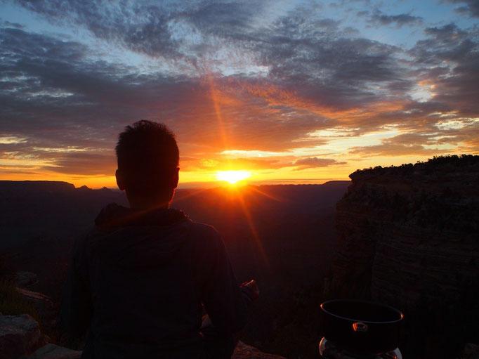 グランドキャニオンでは国立公園内のキャンプサイトに宿泊し 日の出前に車でビューポイントへ