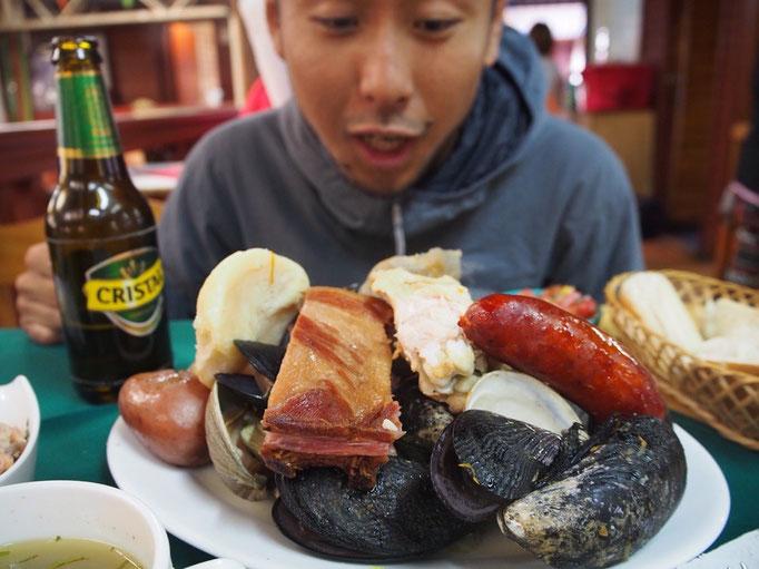 """プエルトモンは海鮮がおいしいことで有名 プエルトモンの名物 海鮮とお肉やソーセージの煮込み料理""""クラント"""""""