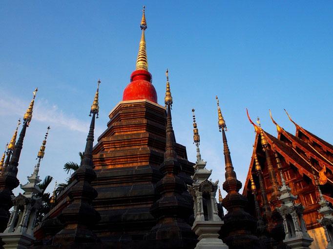 夕暮れ時の寺院は 夕日に照らされて また違う雰囲気に...