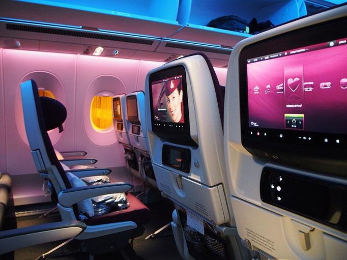 シンガポールまでは どちらのフライトも初めてのカタール航空。カタール航空の機内は なんだかムード満点...♡