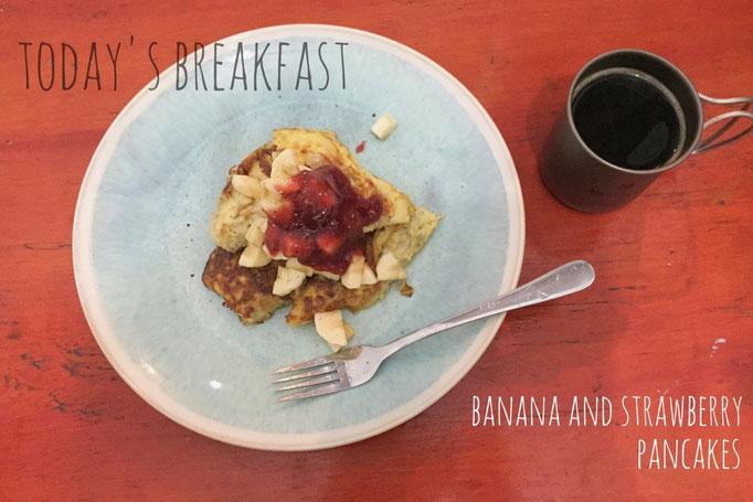 オロンゴにトレッキングに行く日の朝ごはん 元気に歩けるように甘めのものを バナナとストロベリーのパンケーキ