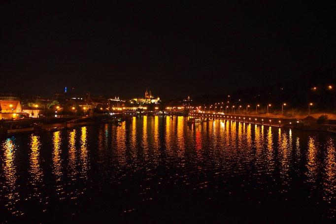 夜のヴルタヴァ川② 川沿いの街灯の灯りがゆらめいて きらきらした雫が降り注いでいるみたい