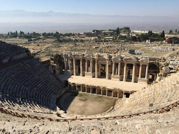 ローマ劇場どどーん! この劇場はアンタルヤで観た遺跡よりも広がりのある造りになっていて端から端までが遠いー!