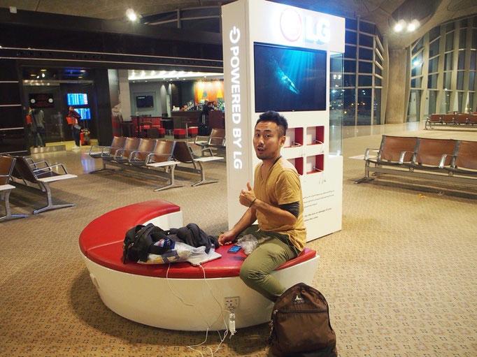 ヨルダン空港の空港泊 手すりなしのソファを見つけて 充電しながら夜を満喫することに