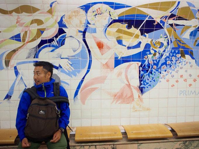 駅で見た素敵なアズレージョの前にて ポルトガルはアズレージョと呼ばれるタイルが有名な国