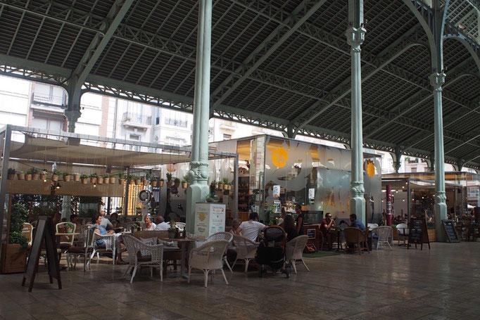 滞在先の近くにあったコロン市場 中にはカフェやバー レストランが軒を連ねています