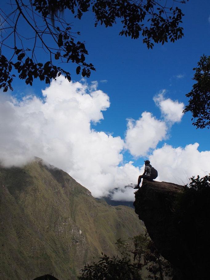 インカの橋へ向かう途中 青い空を眺めながらひと休み