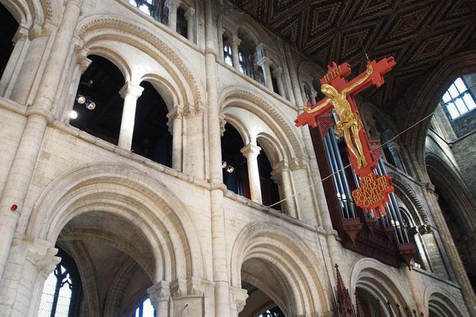 シックな内装の中でひときわ目を引く赤い十字架