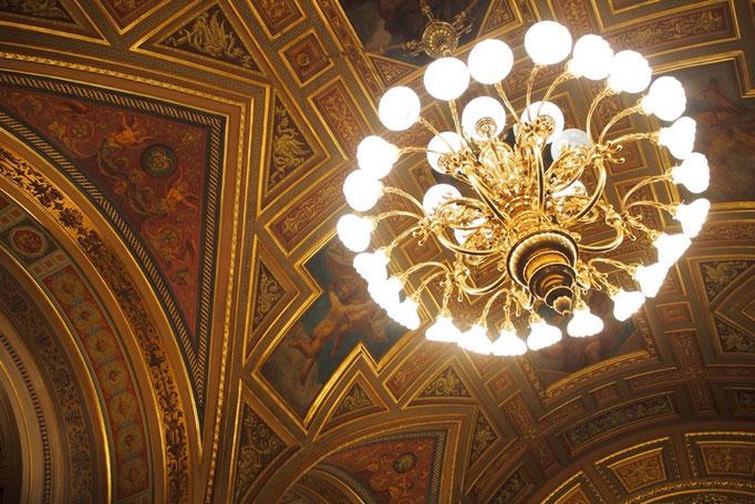 内部の天井画は入口付近と正反対と言えるほど 煌びやかな色彩とシャンデリアなのが印象的でした