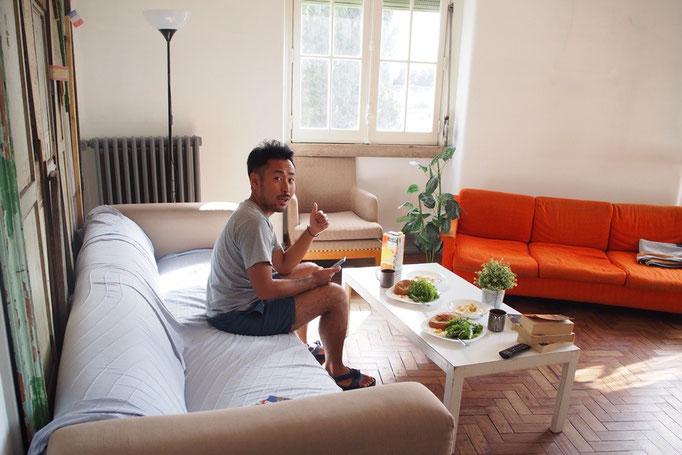 """リスボンの滞在先の共用リビング """"帰ったらこんなリビングのお家に住みたいね""""なんて話をしたりして"""