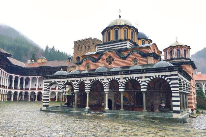 この日訪れたのはリラの僧院 このしましま模様の教会の内側に入ってみると...