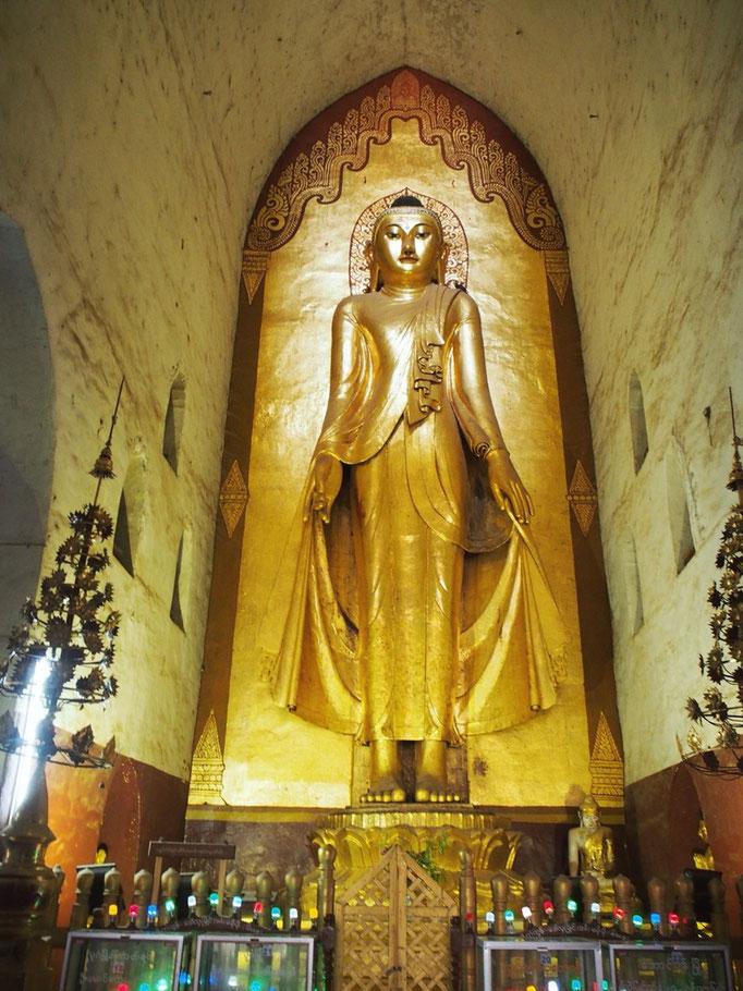 アーナンダー寺院では 中に入ると4面それぞれに大きなお釈迦様が このポーズ...なんだか新鮮♡