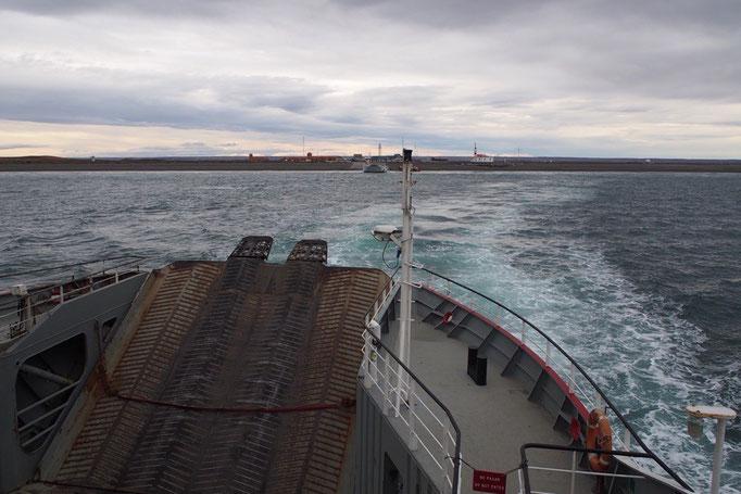 マゼラン海峡を渡っているところ 船の中でサンドイッチを食べたりしていると あっという間に渡り終わります