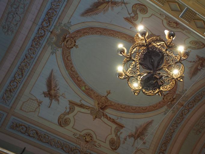 シャンデリアと天井絵 あまり装飾的過ぎない感じが素敵