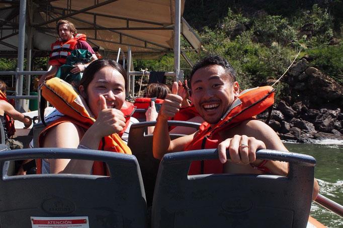 滝つぼにボートで突進していくツアーにも参加