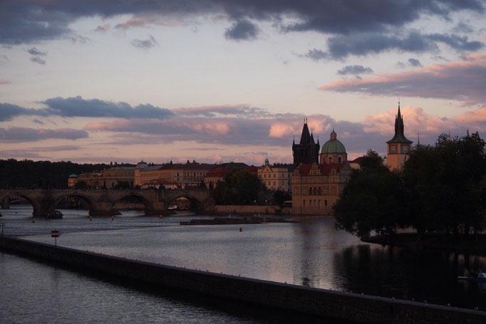 お腹いっぱいになった後は プラハ城まで夕暮れ時のお散歩にお出かけ