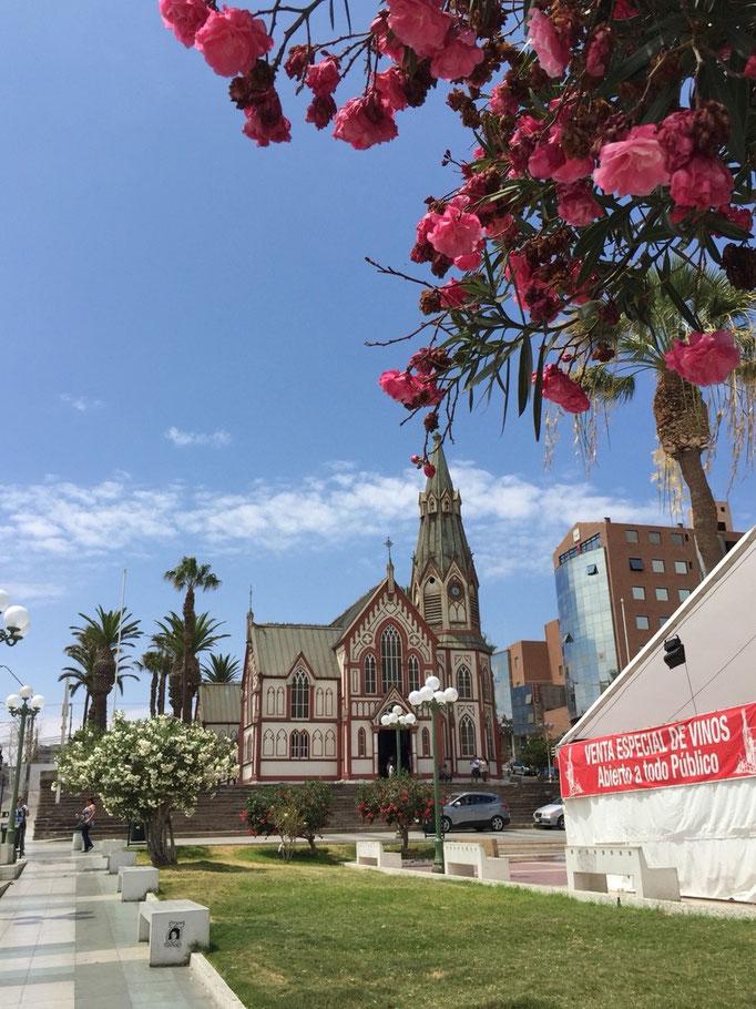 途中にある教会 青い空にカラフルなお花がお似合い