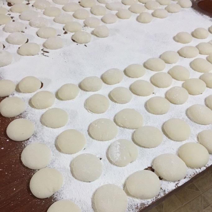 もち米から2回餅つきをして お餅を丸めて...朝7:00前に終了(笑)