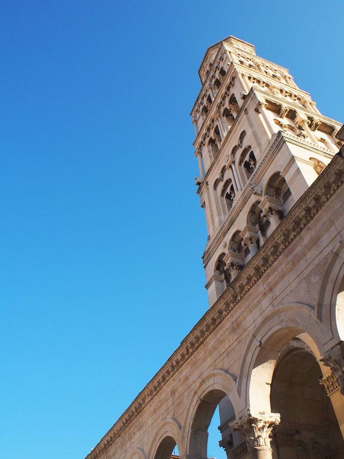 この日はひときわ目立つ高さの 聖ドムニウス大聖堂横にある 鐘楼にのぼることに