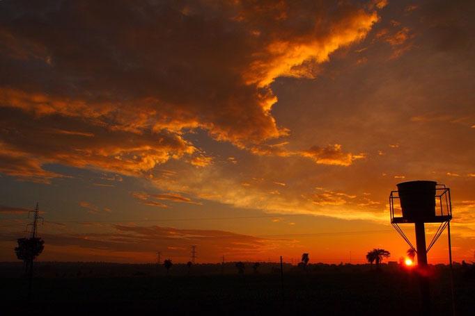 """虹の後の夕焼け 太陽が""""お疲れさま""""って言ってくれてるみたい そんな夕焼け"""