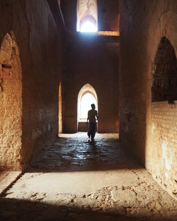 寺院やパヤーへは素足で入るので 身が引き締まるような でもなんだか親しみを感じるような不思議な空間