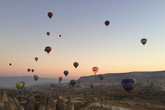 空がほんのりピンク色になると 気球もどんどん上へ上へと上がっていきます