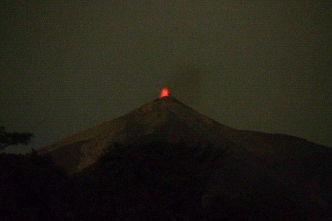 夜はツアーで火山ウォッチングへ 2回マグマが大きく噴出したもののその瞬間はカメラに収められず...