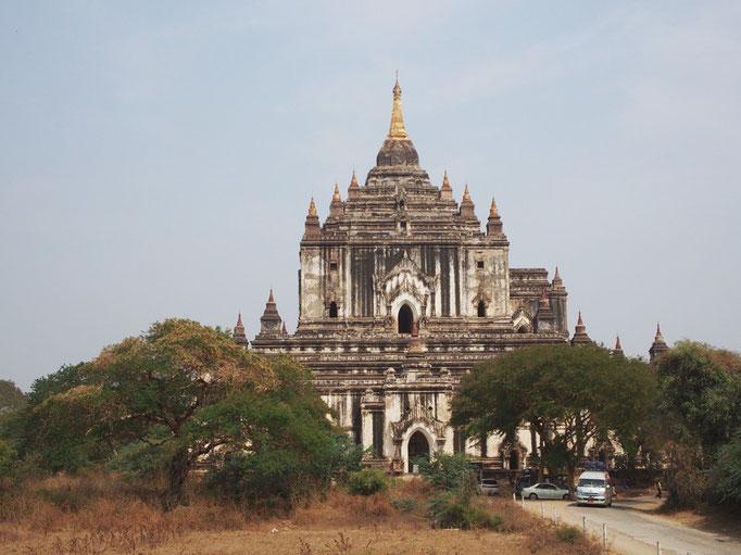 こちらの寺院は まるでお城みたいに男前な雰囲気のタビィニュ寺院
