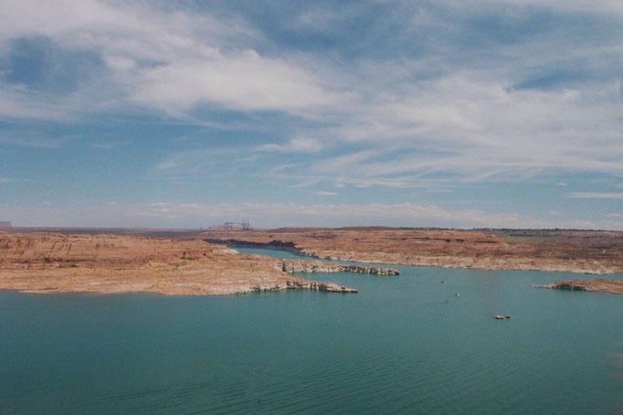 次に訪れたのはレイクパウエル 緑色の湖面と穏やかな色の岩肌の色合いに癒されます