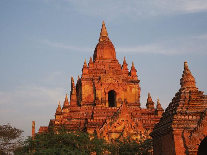 この日に夕日を眺めた寺院 赤く染まった寺院は なんとも美しく 凛とした姿でした