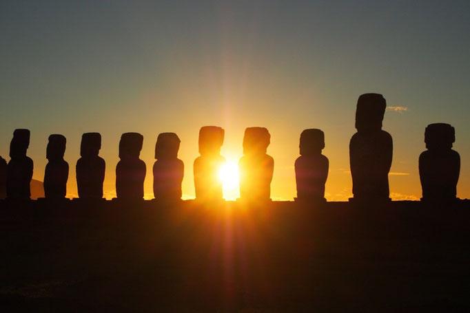 モアイの間から陽の光が