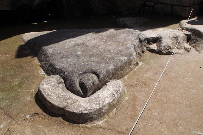 コンドルの神殿  中にはコンドルが羽を広げたような形の石が置かれています