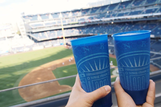 これならしっかり見られそう...と2人でわくわく 試合前にビールを買って準備万端!!