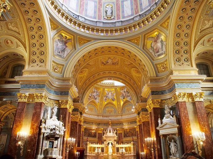 こちらの聖堂内部はどことなくアジアな雰囲気 天井画がとても華やかで印象的