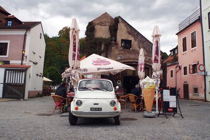 チェスキークルムロフの町で見つけた かわいい車が停まっているカフェ