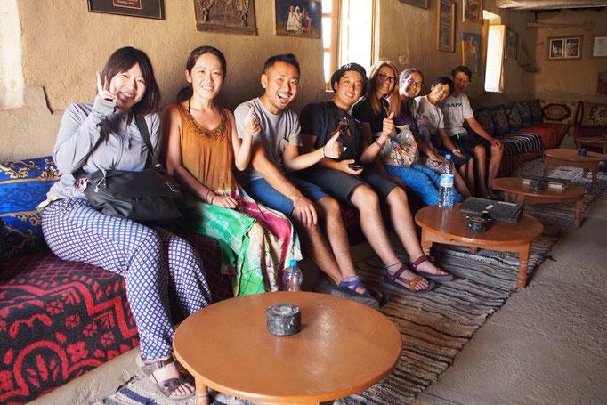 砂漠ツアーから帰ってきた後は 滞在先のオーナーのご厚意で みんなでモロッコ音楽を聴きにお出かけ