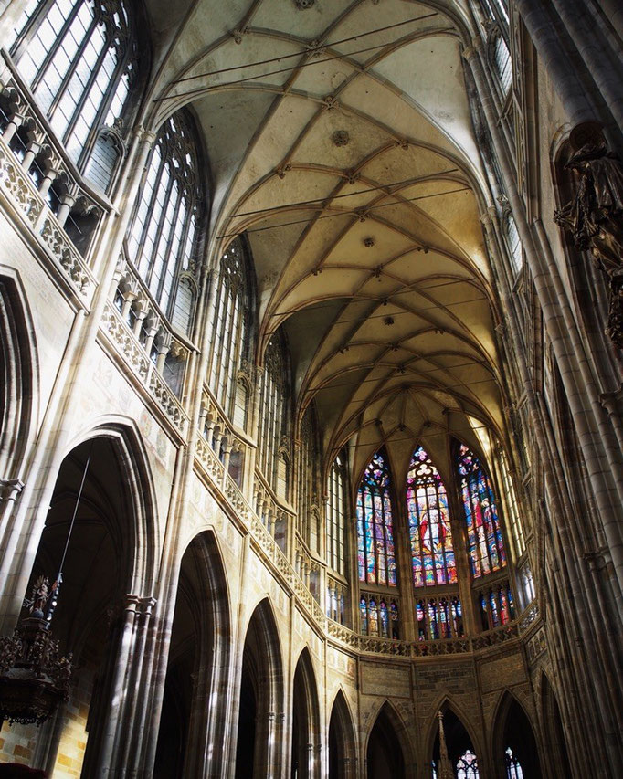 聖ヴィート大聖堂の中は 天井が高くて たくさんのステンドグラスから光が注ぎ込んで とても開放的な空間