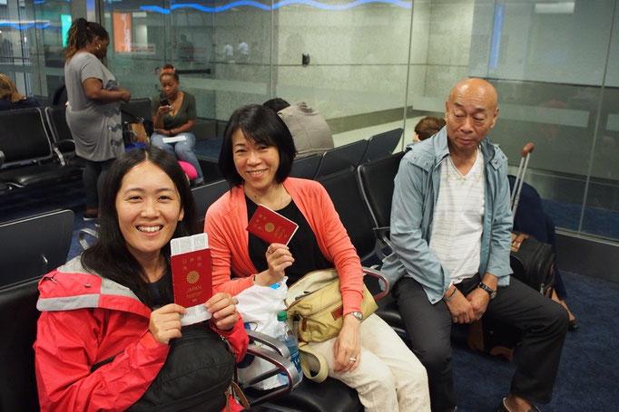 翌朝は早朝に空港にチェックイン まずは先に日本への飛行機に乗るご両親をお見送り