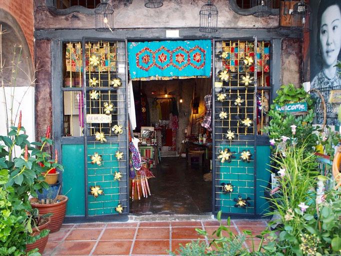 雑貨屋さんの店構えも なんだかほっこり レトロな雰囲気でかわいい♡