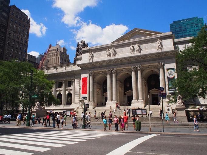 この日はMoMAへ行こうとお出かけ 大理石造りの立派な建物に誘われて市立図書館へ