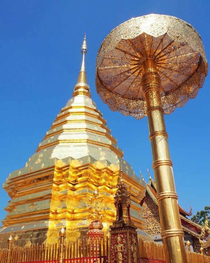 眩しいくらいに黄金色に光る仏塔を眺めて なんだかとてもありがたい気分