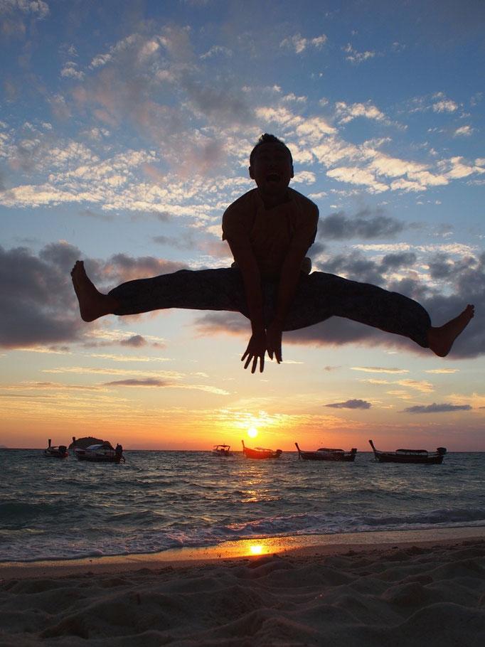 旦那さんは日の出とともにジャンプ 太陽にエネンギーをもらって いつも以上の跳躍力(笑)