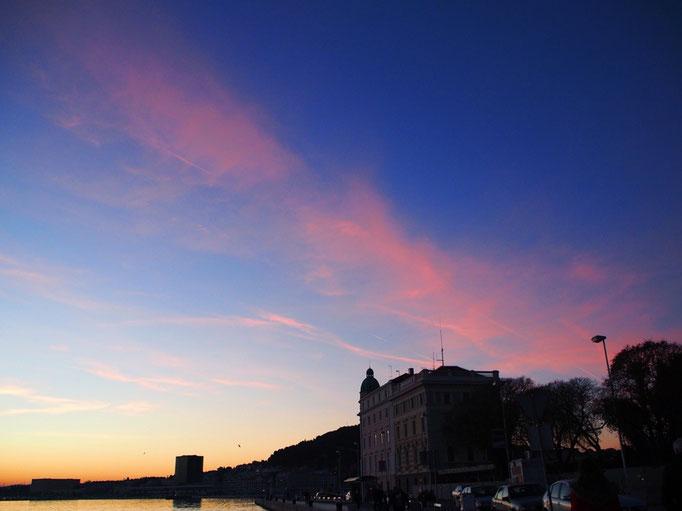 反対側の空は雲がピンク色 雲がたくさんな日のふわふわピンクの空も好き