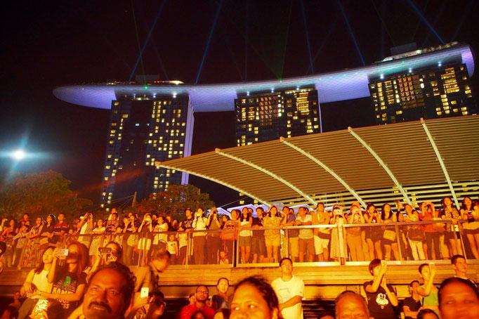 ショーの途中では炎が上がったり 多彩な色合いのライトアップや 音響もとても良く 楽しい時間でした。