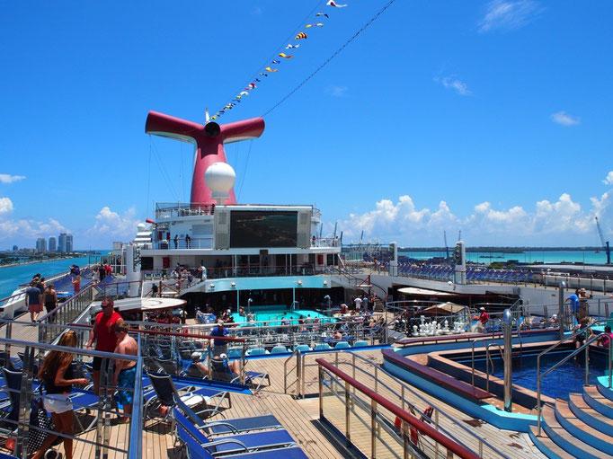 お昼前には乗船してプールに入ったり ランチを食べたり 思い思いに過ごす人たちがたくさん