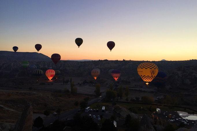 辺りが暗いうちから滞在先を出発して 日の出とともに上がる気球を見に朝のお出かけ
