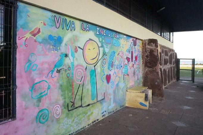 教会へ行く途中 学校の壁がかわいくペイントされていてパチリ⭐︎