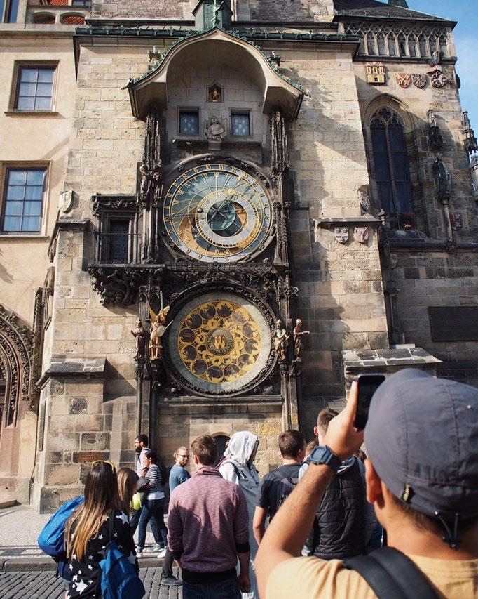 プラハにある天文時計は中世の天文時計のひとつで 時間が来ると人形が動く仕掛けつき