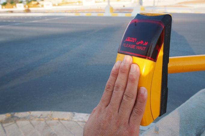 横断歩道の歩行者ボタンを押すと 出てくる文字がアラビア文字で新鮮。