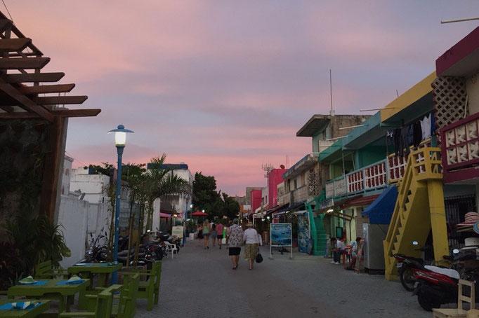 夕陽が沈んだ後の町の様子 夕陽が沈んだ後は空がピンク色に照らされて いつもの町がまた違った雰囲気に